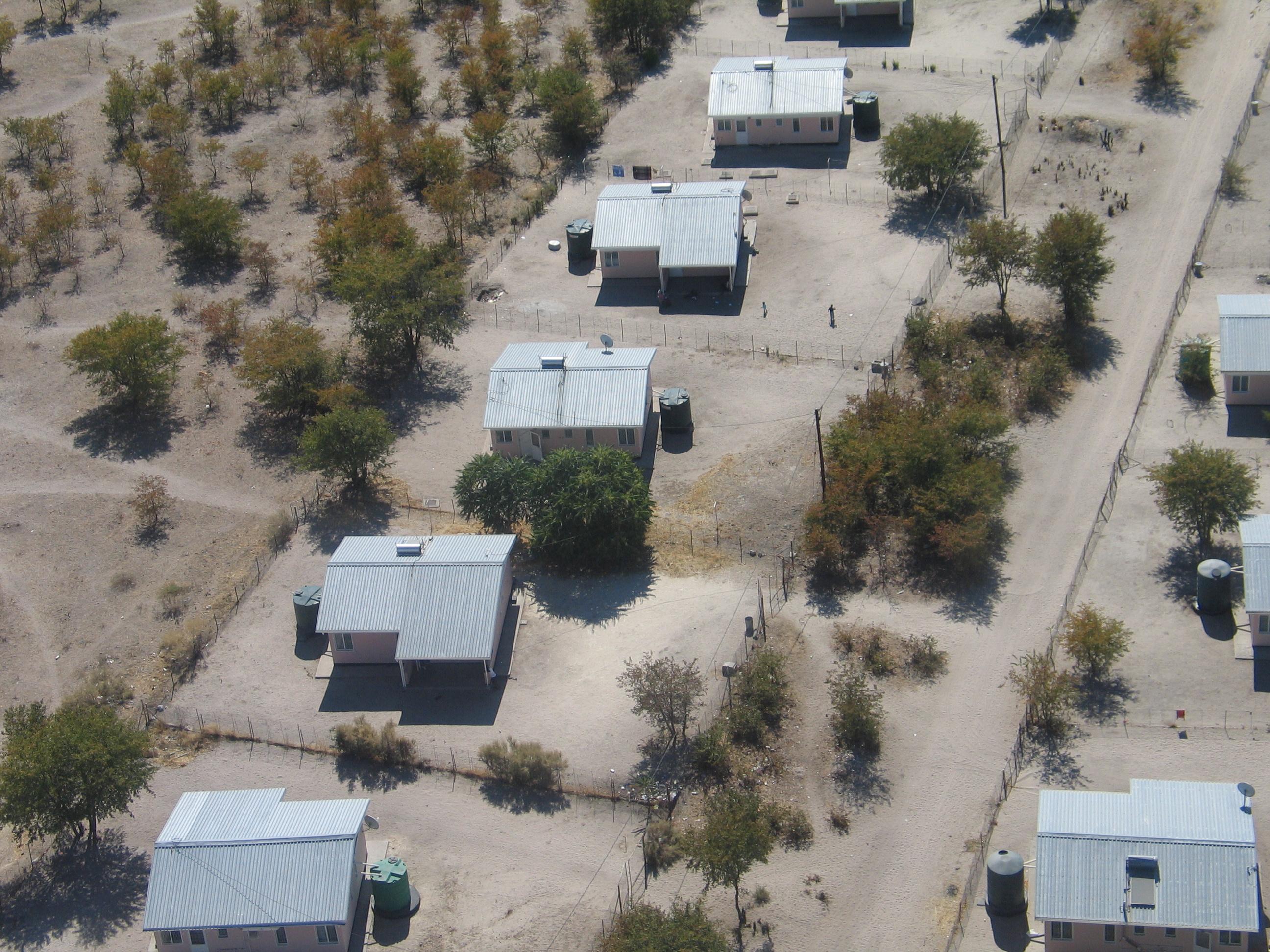 Luftbild von Husern in Botswana