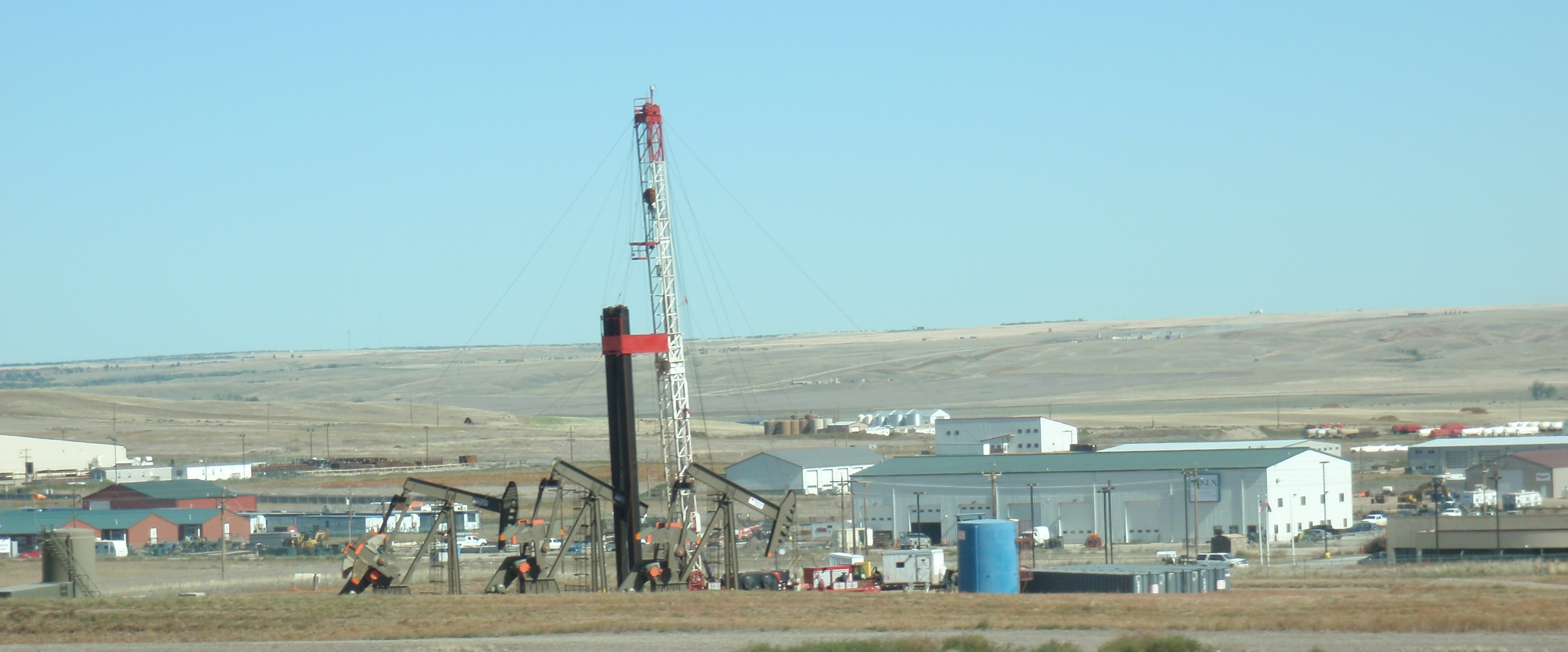 Workover rig on a 3-well pad in city limits of Willison. Photo by James Ulvog.